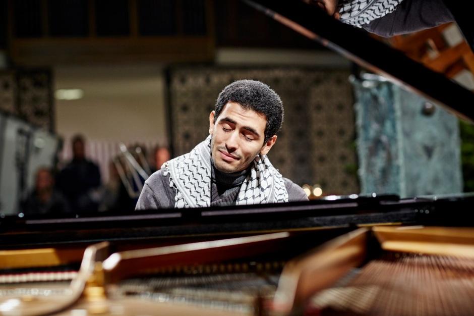 Ein Bild von Aeham Ahmad beim Spiel